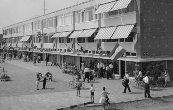 1964-28 mei Opening winkels op het Winklerplein_0020